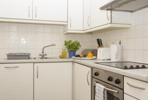 A kitchen or kitchenette at Urban Stay Abbotts Chambers Apartments
