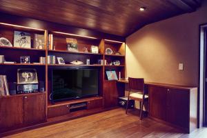 Una televisión o centro de entretenimiento en Hana-Touro Stay Yasakano-Tou Machiya Premium