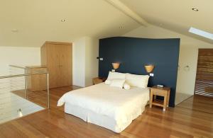 Uma cama ou camas num quarto em Wheelhouse Apartments