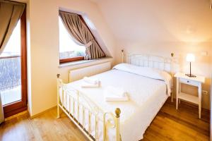 A bed or beds in a room at Zakopane Apartamenty LUX