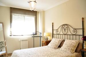 A bed or beds in a room at Apartamentos Kasa25 Azaleas
