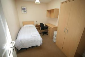 A bed or beds in a room at Ballyraine Self Catering