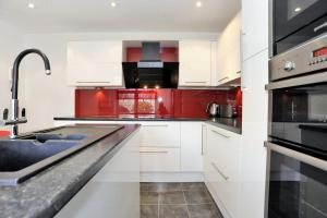 A kitchen or kitchenette at Home From Home Aberdeen - Claremont Gardens