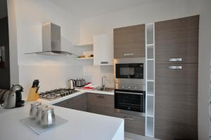 A kitchen or kitchenette at MedDeluxe WhitePearl