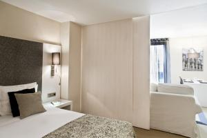 A bed or beds in a room at Up Suites Bcn