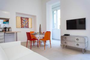 A television and/or entertainment centre at Alexandre Mari - 2 Chambres - Vieux Nice