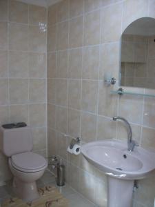 Uma casa de banho em Kardesler Apart