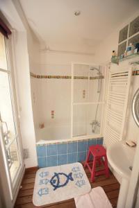 A bathroom at Cozy Parisian 1 Bedroom (365)