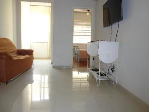 Uma TV ou centro de entretenimento em Duvivier Apartment