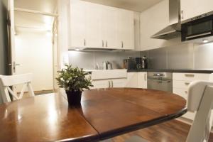 A kitchen or kitchenette at Helsinki Rentals Everstinkuja