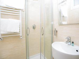 A bathroom at Hotel Residence Villa Tassoni