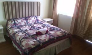 A bed or beds in a room at Win's Bay-side Villas