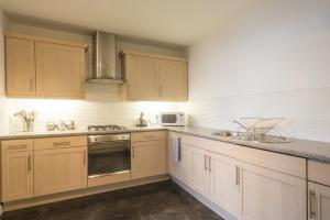 A kitchen or kitchenette at Fountain Court Apartments - EQ2