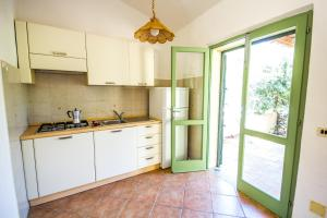 A kitchen or kitchenette at I Giardini di Cala d'Ambra