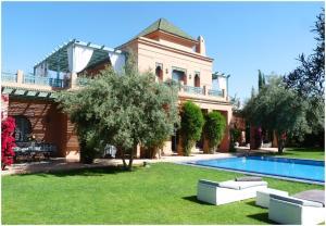 Het gebouw waarin de villa zich bevindt