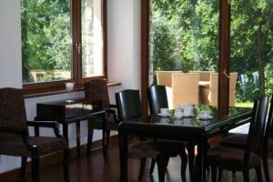 A restaurant or other place to eat at Domek Gościnny w Tomaszowicach