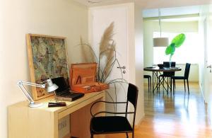 Una televisión o centro de entretenimiento en Art Suites