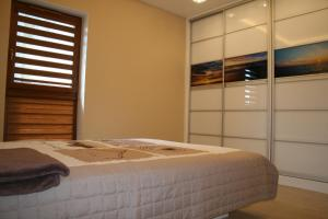A bed or beds in a room at Apartament Porta Mare 122