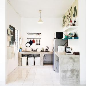 A kitchen or kitchenette at The White Cottage