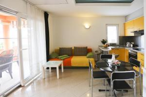 A seating area at Apartments Marijana