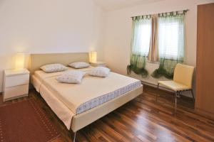 A bed or beds in a room at Apartments Marijana