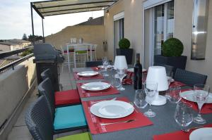 A restaurant or other place to eat at Appart Duplex Laennec