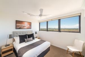 A bed or beds in a room at Direct Hotels - Pacific Sands