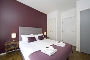 A bed or beds in a room at Destiny Scotland -The Malt House Apartments