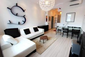 A seating area at Flats 4 U Moscow Tverskaya