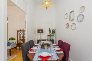 A restaurant or other place to eat at Lisbon Guests Apartments