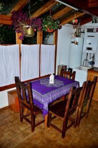 Un restaurant u otro lugar para comer en Casa Brown