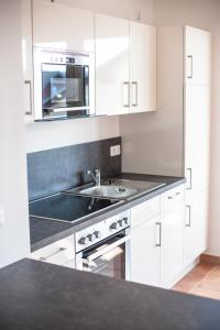 A kitchen or kitchenette at Ferienwohnung Sandstrand