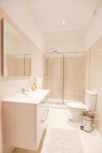 A bathroom at Glamorous Apartment Park Ed VII