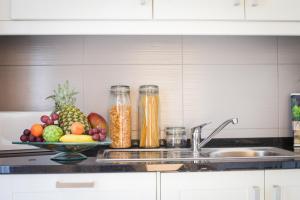 A kitchen or kitchenette at Glamorous Apartment Park Ed VII
