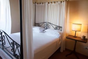 A bed or beds in a room at La Certaldina