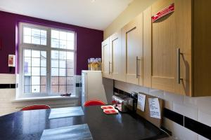 A kitchen or kitchenette at Emporium City Centre Self Catering & Annexe