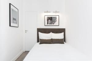 A bed or beds in a room at Luxury 3 Bedrooms Grands-Boulevards I by Livinparis