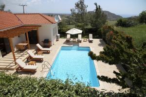 Вид на бассейн в Eve Pissouri Xιnisteri Villa или окрестностях