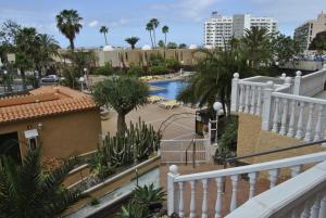 Uitzicht op het zwembad bij Apartamentos Borinquen of in de buurt