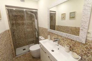 A bathroom at Sitges Centre Mediterranean House
