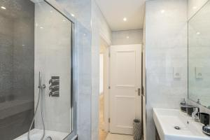 A bathroom at High Street Kensington Apartment