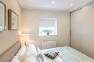 A bed or beds in a room at High Street Kensington Apartment