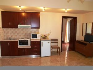 A kitchen or kitchenette at Hotel Pyrgos