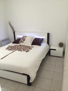 A bed or beds in a room at Appartement T2 Standing