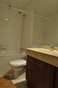 Un baño de Apart Hotel Agustinas Plaza