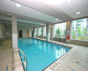 Swimmingpoolen hos eller tæt på Maplewood Furnished Suites