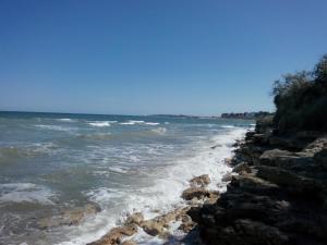 O plajă de la sau din apropierea acestei vile