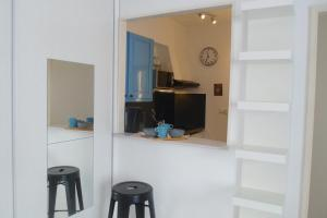 A kitchen or kitchenette at L'Appart Côté Jardin