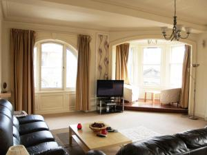 A seating area at Royal Mile Mansions Apartment Edinburgh