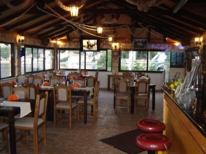 A restaurant or other place to eat at Apartments Villa Mungos